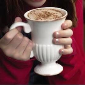 Девушка с кружкой горячего шоколада