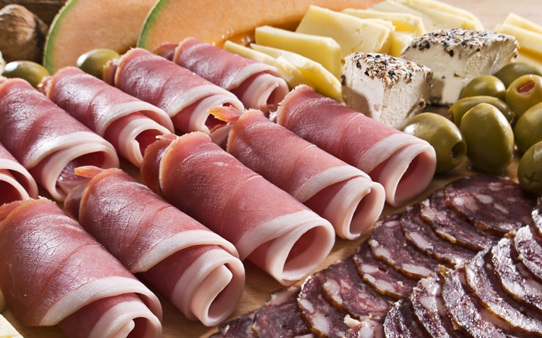Нарезка колбасы и сыра красиво
